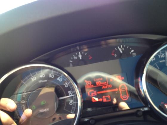 Effektmätare samt display som visar bilens drivning. Displayen känns ganska fattig och daterad i en bil som kostar en bra bit över 300 000 SEK.