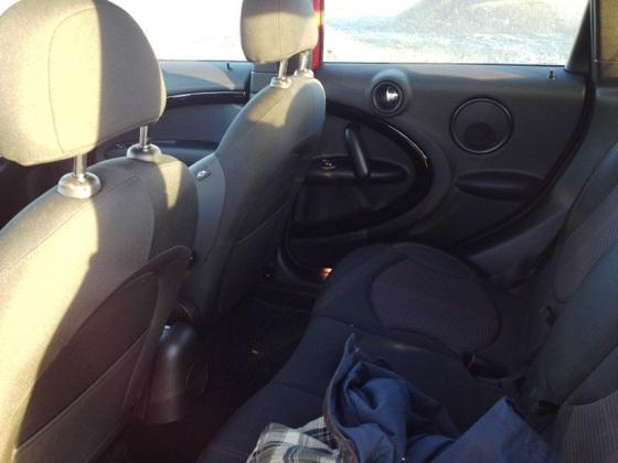 Baksätet - utmärkt för två vuxna och ett barn. Alla säten går att fälla för sig vilket ökar användbarheten.