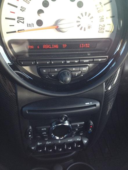 Något omarbetad mittkonsol, bland annat har reglage till elhissar flyttats och reglage till stereo ritats om något på årets modell.
